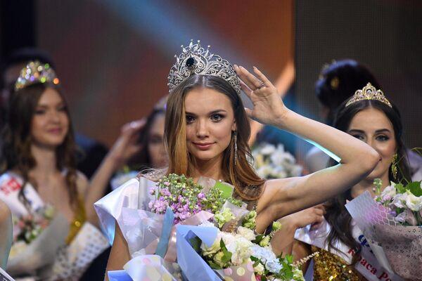Победительница 25-го фестиваля красоты и талантов Краса России-2019 Анна Бакшеева во время церемонии награждения