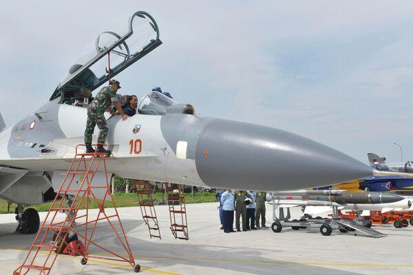 Президент Индонезии Джоко Видодо в кабине самолета Су-30 ВВС Индонезии
