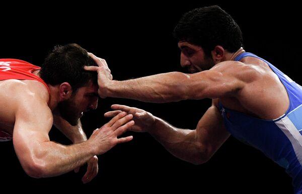Али Шабанов (Белоруссия) и Даурен Куруглиев (Россия) в финальном поединке соревнований по вольной борьбе среди мужчин в весовой категории до 86 кг на II Европейских играх в Минске