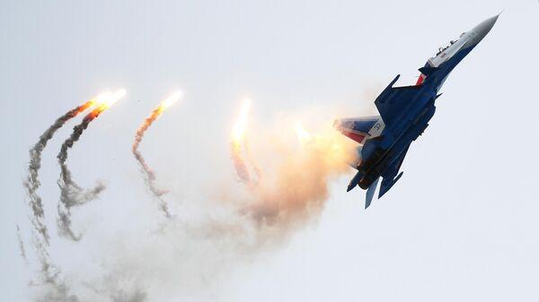 Самолет Су-30СМ пилотажной группы Русские витязи на Международном военно-техническом форуме Армия-2019