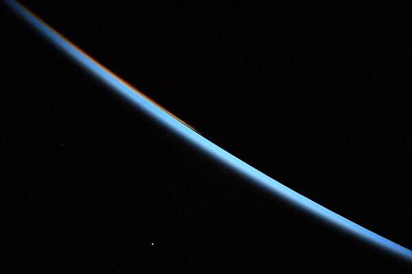 Венера на рассвете снятая с Международной космической станции
