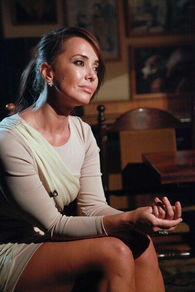 Актриса Жанна Фриске дает интервью на показе нового фильма Клима Шипенко Кто я? в Центральном доме литератора