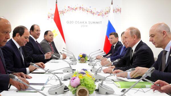Президент РФ Владимир Путин и президент Арабской республики Египет Абдель Фаттах ас-Сиси во время встречи на полях Группы двадцати. 29 июня 2019
