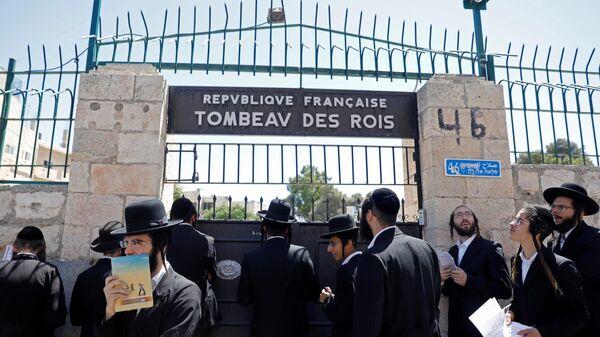 Ультраортодоксальные евреи перед воротами Гробницы царей, Иерусалим. 27 июня 2019