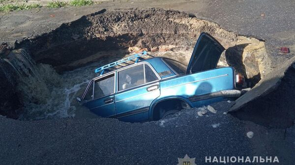 Автомобиль провалился под асфальт во время движения в Полтавской области. 1 июля 2019