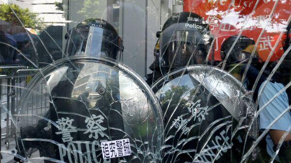 Полиция у здания Законодательного собрания в Гонконке