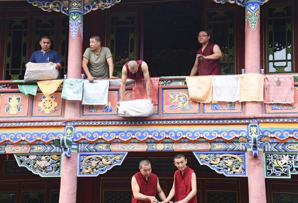 Монахи монастыря Да Чжао в Хух-Хото в Автономном районе Внутренняя Монголия в Китае