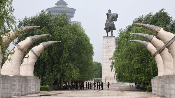 Статуя Чингисхана в Хух-Хото в Автономном районе Внутренняя Монголия в Китае