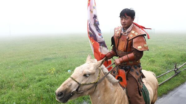 Всадник в туристической зоне Монгольская степь в Уланчабе в Автономном районе Внутренняя Монголия в Китае