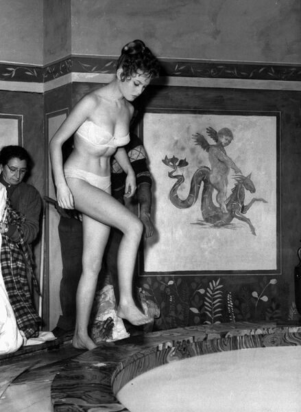 Французская актриса Брижит Бардо на съемках фильма в Риме. 27 марта 1956 года