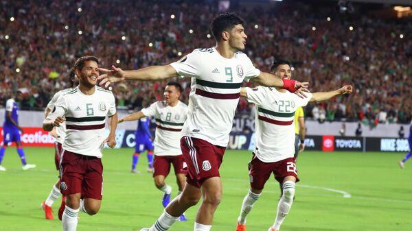 Нападающий сборной Мексики Рауль Хименес (в центре)