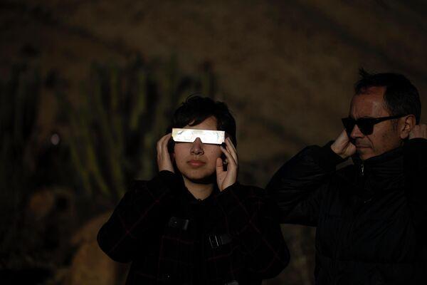 Люди наблюдают солнечное затмение в Чили