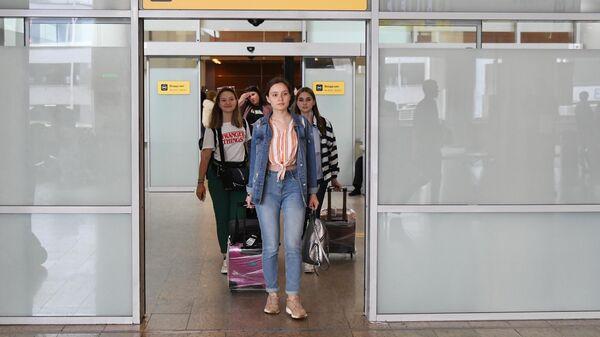 Пассажиры с чемоданами в аэропорту Шереметьево
