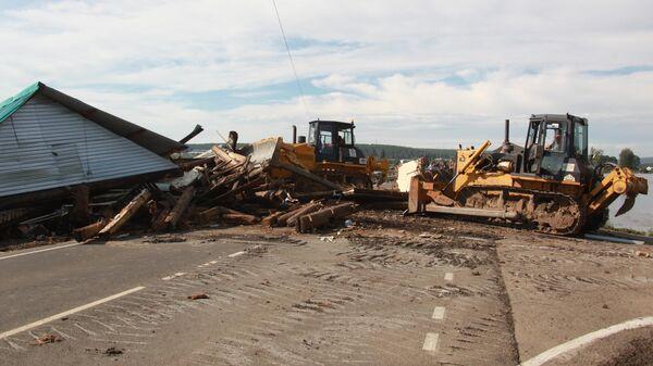 Специализированная техника устраняет последствия наводнения в городе Тулун в Иркутской области