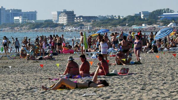 Отдыхающие на одном из пляжей в Анапе