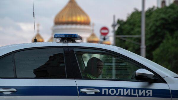 Автомобиль полиции на улице Волхонке в Москве