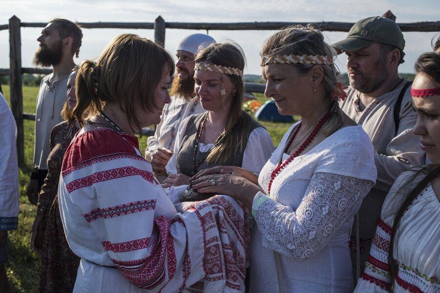 Участники празднования Купалы в общине родноверов в Калужской области