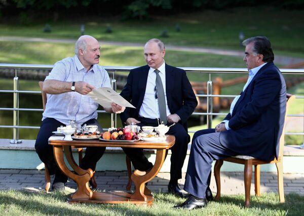 Александр Лукашенко, Владимир Путин и Эмомали Рахмон во время неформальной встречи в Минске