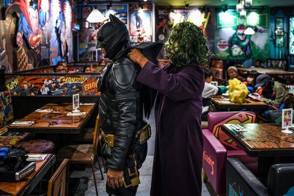 Косплееры готовятся к празднованию 80-летия Бэтмена в кафе в Гентинг Хайленд, Малайзия