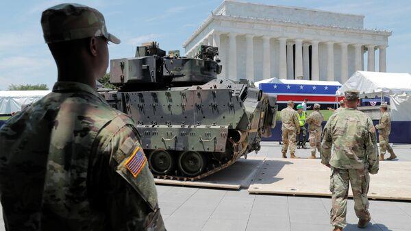 Расстановка бронемашин Брэдли накануне военного парада в Вашингтоне. 3 июля 2019