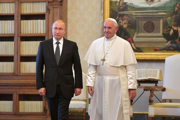резидент РФ Владимир Путин и Папа Римский Франциск во время встречи в Малом тронном зале Апостольского дворца в Ватикан