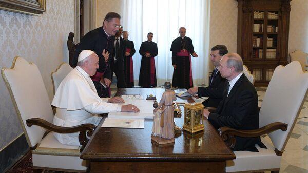 Президент РФ Владимир Путин и Папа Римский Франциск во время беседы в Апостольской библиотеке в Ватикане