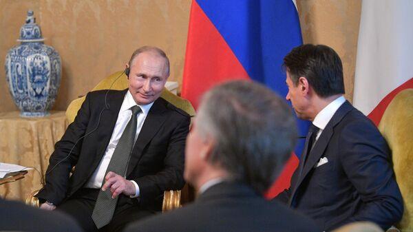 резидент РФ Владимир Путин и председатель Совета министров Италии Джузеппе Конте во время встречи во дворце Киджи в Риме. 4 июля 2019