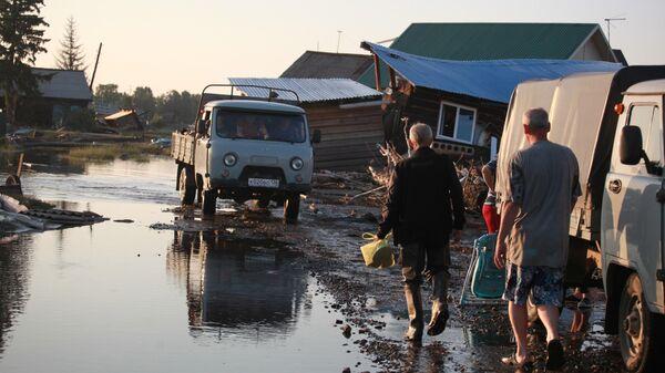 Жители в городе Тулун в Иркутской области, пострадавшем от паводк