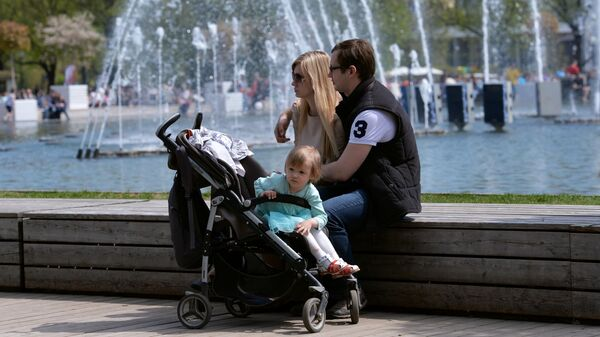 Горожане отдыхают в Центральном парке культуры и отдыха имени Горького в Москве