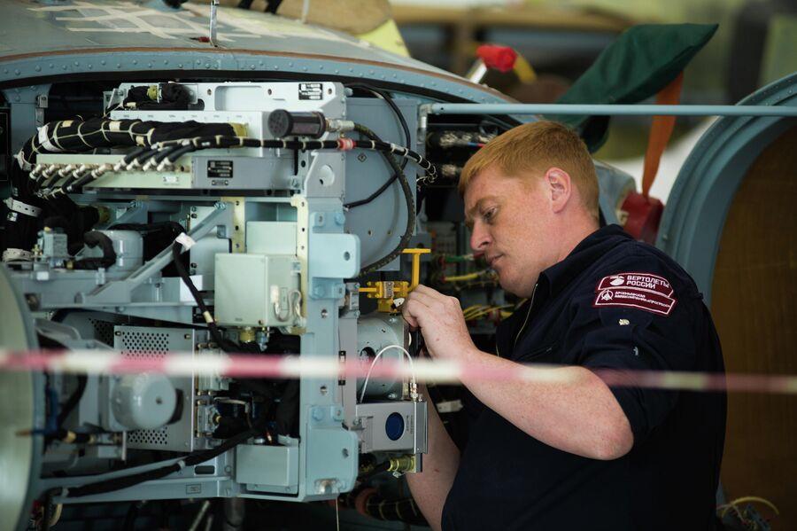 Монтаж радиоэлектронного оборудования разведывательно-ударного вертолета Ка-52 'Аллигатор'