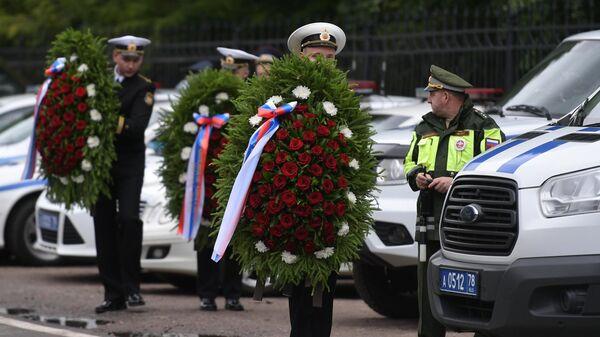 Люди у входа на Серафимовское кладбище в Санкт-Петербурге, где прошли похороны подводников, погибших на глубоководном аппарате в Баренцевом море