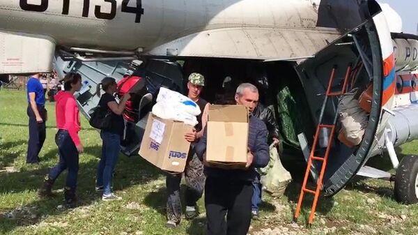 Вертолет МЧС РФ доставил гуманитарную помощь пострадавшим из зоны подтопления в Иркутской области. 6 июля 2019