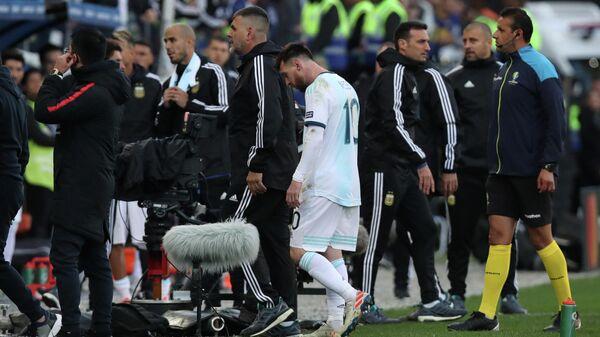 Форвард сборной Аргентины Лионель Месси после удаления в матче с Чили