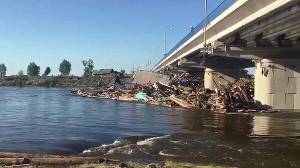 Завалы у моста через федеральную трассу Сибирь в городе Тулун Иркутской области после паводка