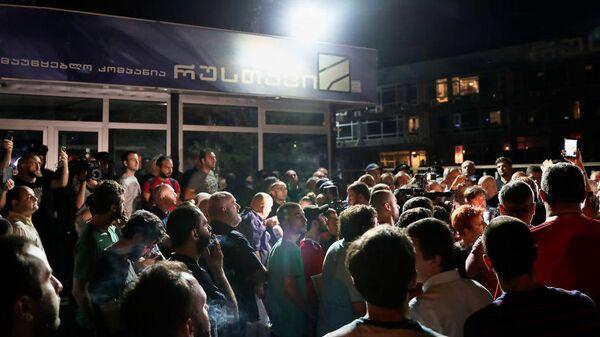 Акция протеста у здания телеканала Рустави-2 в Тбилиси, Грузия. 8 июля 2019