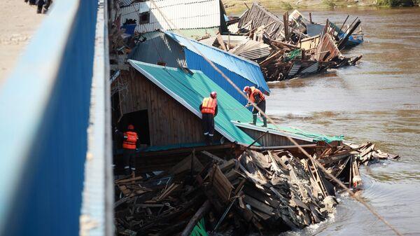 Сотрудники дорожно-эксплуатационного предприятия занимаются аварийно-восстановительными работами в городе Тулуне Иркутской области