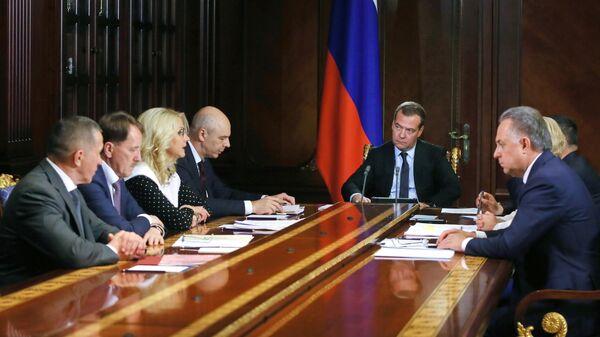Председатель правительства России Дмитрий Медведев проводит совещание с вице-премьерами правительства России. 8 июля 2019