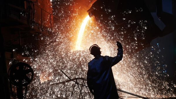 Рабочий в сталеплавильном цехе