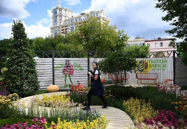 Девушка на VIII Московском Международном фестивале садов и цветов Moscow Flower Show в парке искусств Музеон