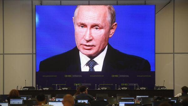 Журналисты следят за выступлением президента РФ Владимира Путина на панельной дискуссии в рамках саммита GMIS-2019 в Екатеринбурге