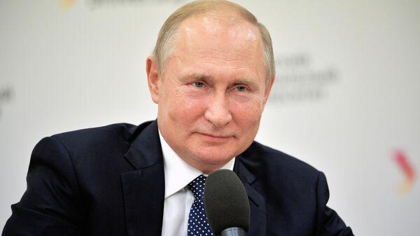 Президент РФ Владимир Путин на встрече со студентами и аспирантами во время посещения Уральского федерального университета