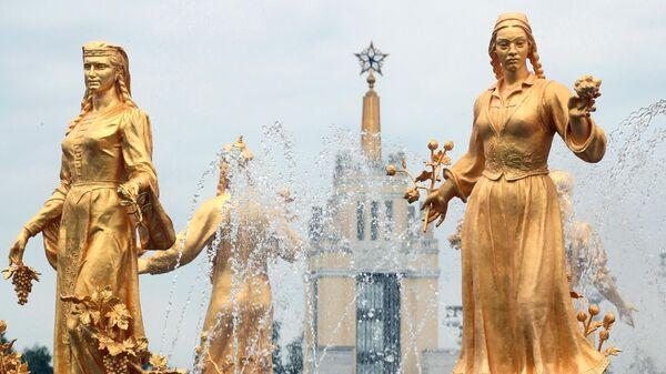 Скульптуры фонтана Дружба народов на ВДНХ в Москве