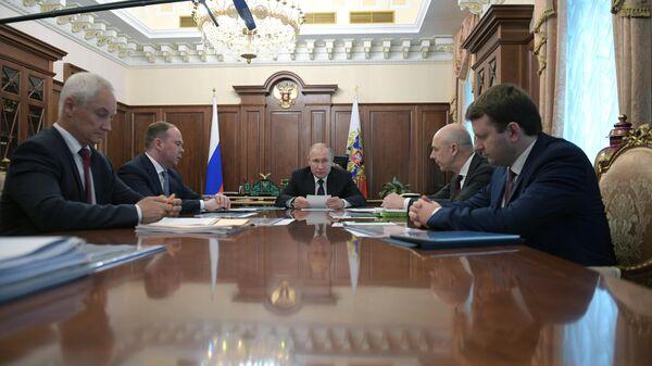 Путин призвал увеличить темпы роста экономики