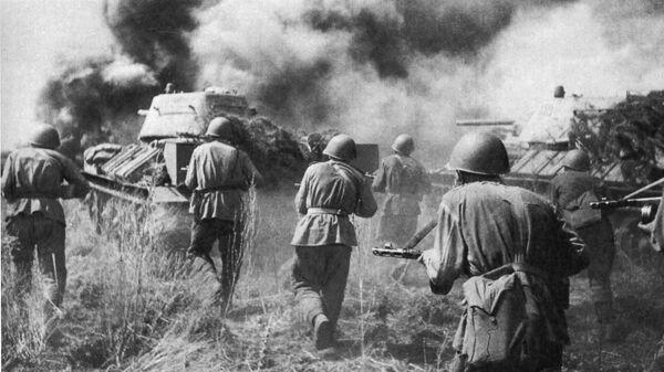 Советские танки Т-34  атакуют в районе Прохоровки. 12. июля 1943 г.
