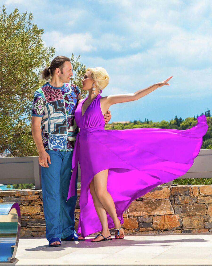 Василиса с мужем Сергеем позируют на фоне греческого пейзажа
