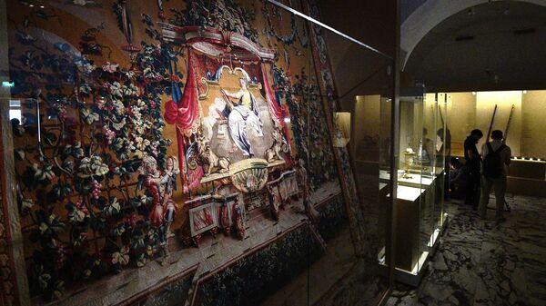 Шпалера Муза истории Клио на выставке Хранители времени. Реставрация в Музеях Московского Кремля
