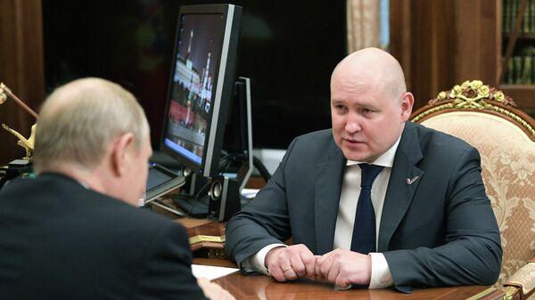 Президент РФ Владимир Путин и Михаил Развожаев (справа) во время встречи