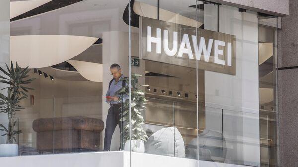 Покупатель в фирменном магазине Huawei