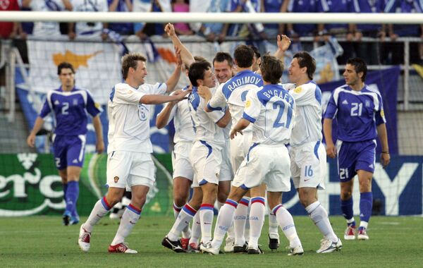 Футболисты сборной России в матче против сборной Греции на Евро-2004