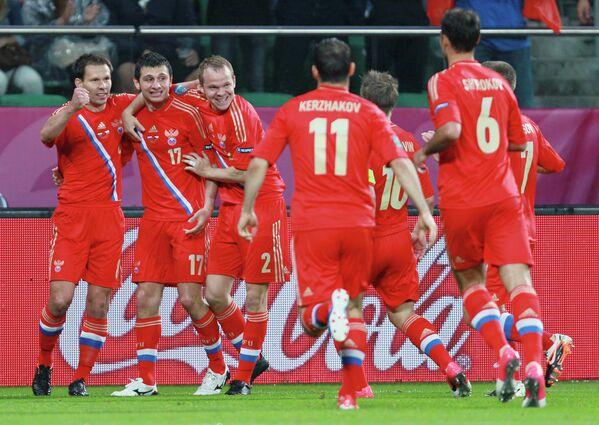 Футболисты сборной России поздравляют Алана Дзагоева (второй слева)